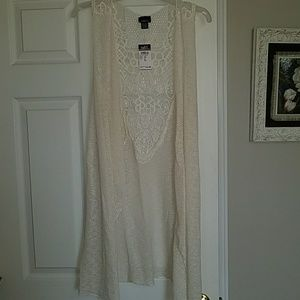 White lacy open front sleeveless vest/cardigan
